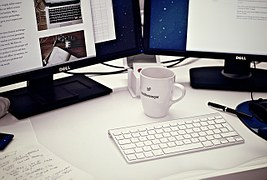 workstation-405768__180 Copywriting, come scrivere contenuti che vendono? Risponde un copywriter d'eccezione: Valerio Conti